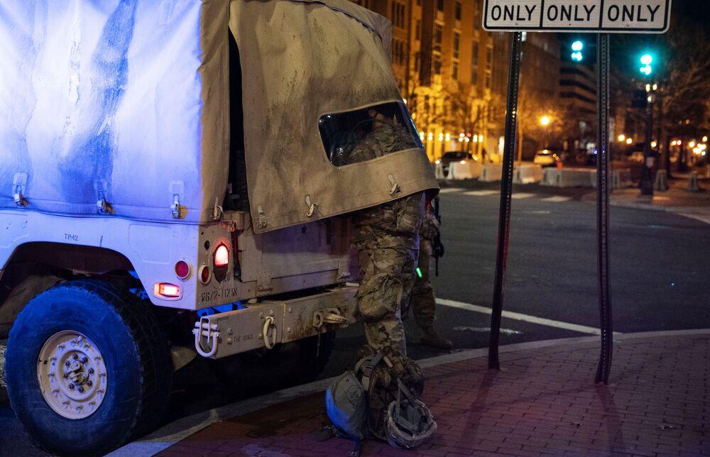 Militares da Guarda Nacional em uma das ruas perto do edifício do Congresso em Washington, Estados Unidos