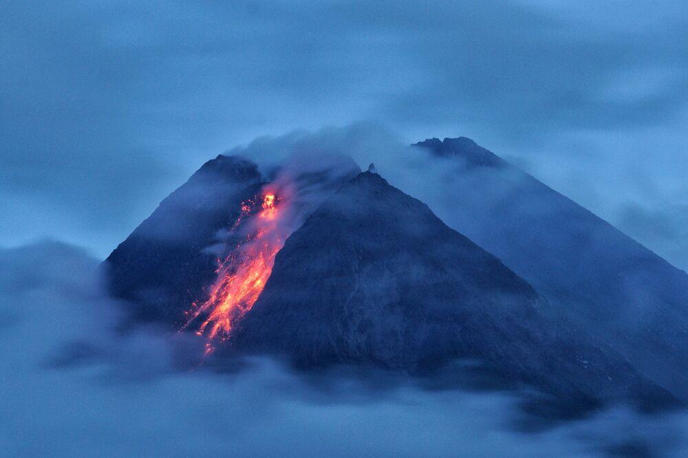 Vulcão Monte Merapi expele lava ao entrar em erupção, Indonésia, em 18 de janeiro de 2021