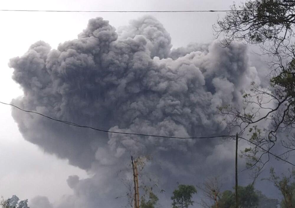 Monte Semeru expele material vulcânico durante uma erupção na ilha de Java, Indonésia, em 16 de janeiro de 2021