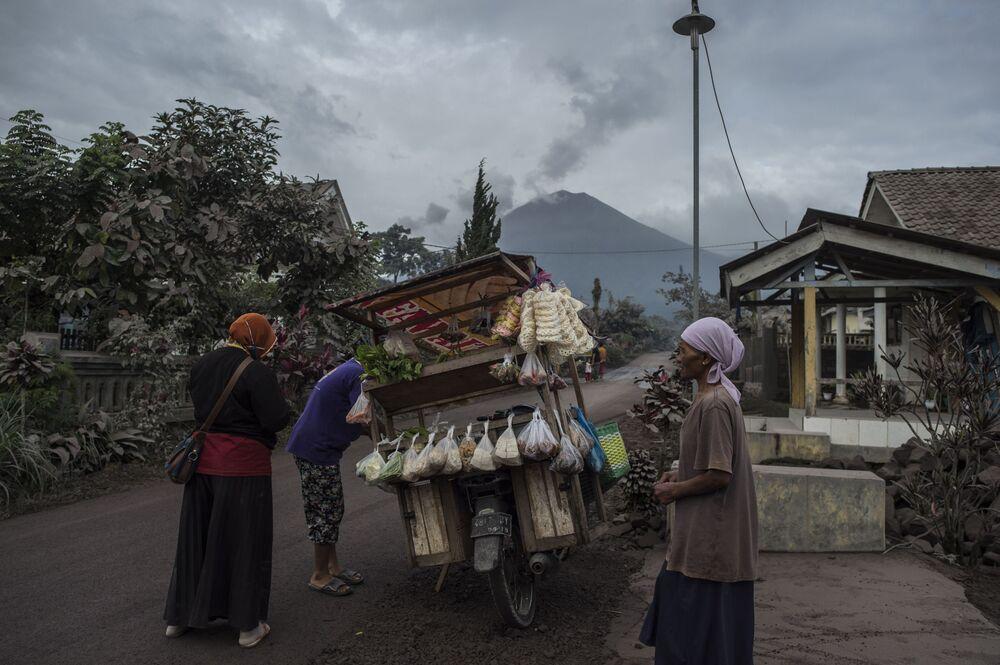 Monte Semeru em 17 de janeiro de 2021, um dia após uma erupção. Esse é o vulcão mais alto da ilha de Java, a mais densamente povoada da Indonésia