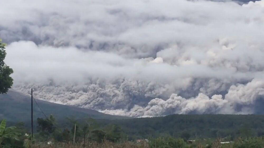 Frame retirado de vídeo que mostra plumas de fumaça e cinzas enquanto o Monte Semeru, na ilha de Java, Indonésia, entra em erupção, em 16 de janeiro de 2021