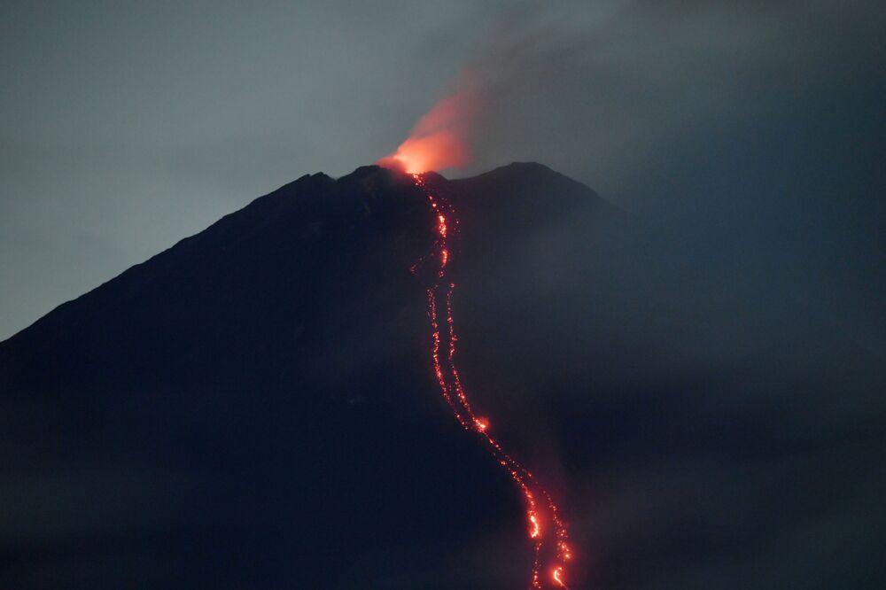 Monte Semeru, na ilha de Java, Indonésia, expele lava ao entrar em erupção, em 17 de janeiro de 2021