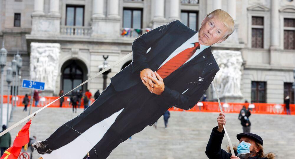 Manifestante durante ato contra o presidente dos EUA, Donald Trump, em Harrisburg, Pensilvânia, EUA, 17 de janeiro de 2021