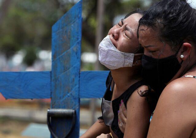 Moradores de Manaus durante enterro de parente vítima da COVID-19, no cemitério Parque Taruma, na capital do Amazonas, Manaus, Brasil, 17 de janeiro de 2021