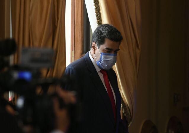 Nicolás Maduro, presidente da Venezuela, usa máscara protetora ao chegar em coletiva de imprensa no Palácio Presidencial de Miraflores, Caracas, Venezuela, 8 de dezembro de 2020