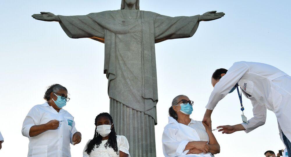 No Rio de Janeiro, as profissionais de saúde Terezinha da Conceição e Dulcineia da Silva Lopes são as primeiras pessoas a tomarem a primeira dose da vacina CoronaVac contra a COVID-19, em 18 de janeiro de 2021