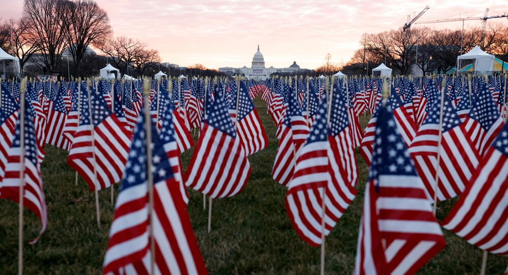 Milhares de bandeiras norte-americanas representam as pessoas que não poderão atender à posse de Biden, Washington, EUA, 18 de janeiro de 2021