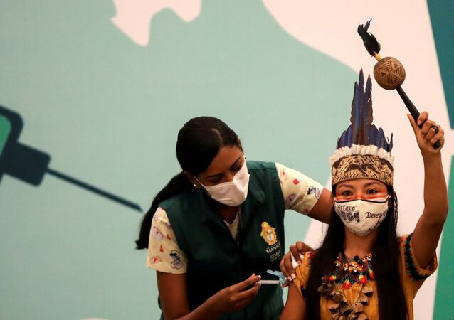 Enfermeira Vanderlecia Ortega dos Santos, da tribo Witoto, recebe dose da vacina contra COVID-19 CoronaVac, em Manaus, 18 de janeiro de 2021