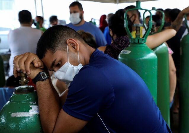 Parentes de pacientes hospitalizados compram cilindros de oxigênio em Manaus, 18 de janeiro de 2021