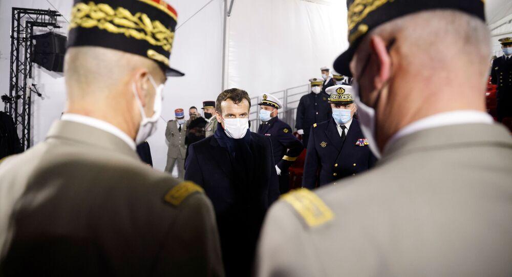 Presidente da França, Emmanuel Macron, conversa com generais após fazer discurso para as Forças Armadas em Brest