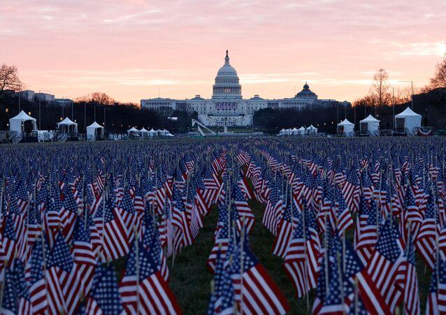 Milhares de bandeiras dos EUA são colocadas no National Mall em homenagem às vítimas de COVID-19 no país