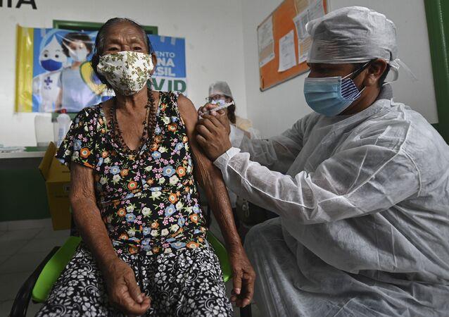 Idosa do grupo indígena Ticuna recebe vacina contra COVID-19 no Amazonas.