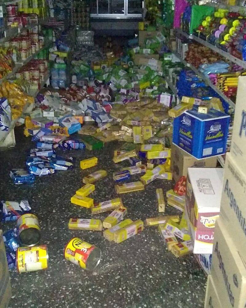 Enlatados e produtos de um mercado espalhados no chão após o forte tremor de 6,4 na escala de Richter ter atingido a Argentina