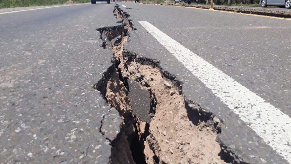 Estrada partida ao meio após terremoto de magnitude de 6,4 na escala de Richter atingir a Argentina