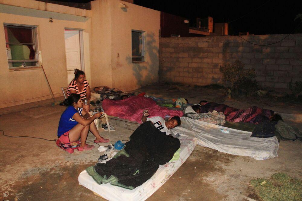Locais se preparam para dormir fora de casa após susto causado por sismo na localidade de Media Agua, Argentina