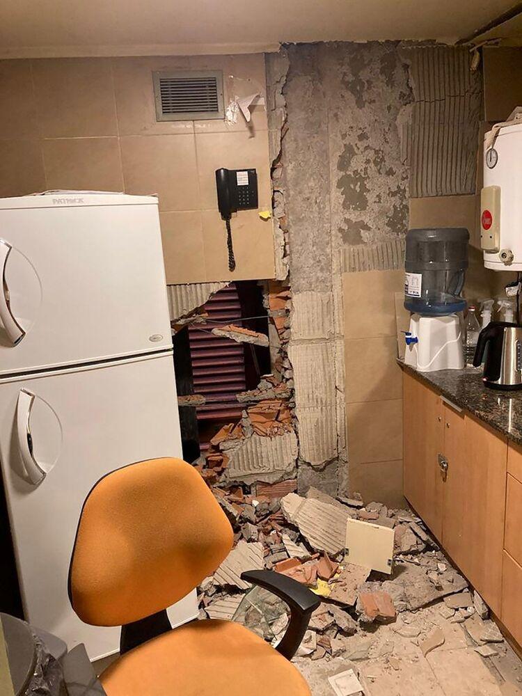 Parede de cozinha parcialmente desmoronada durante sismo que atingiu a província argentina de San Juan