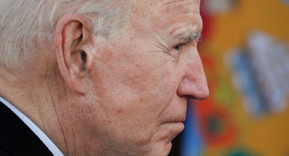 Presidente eleito dos EUA, Joe Biden, chora durante cerimônia em New Castle, Delaware, EUA, 19 de janeiro de 2021