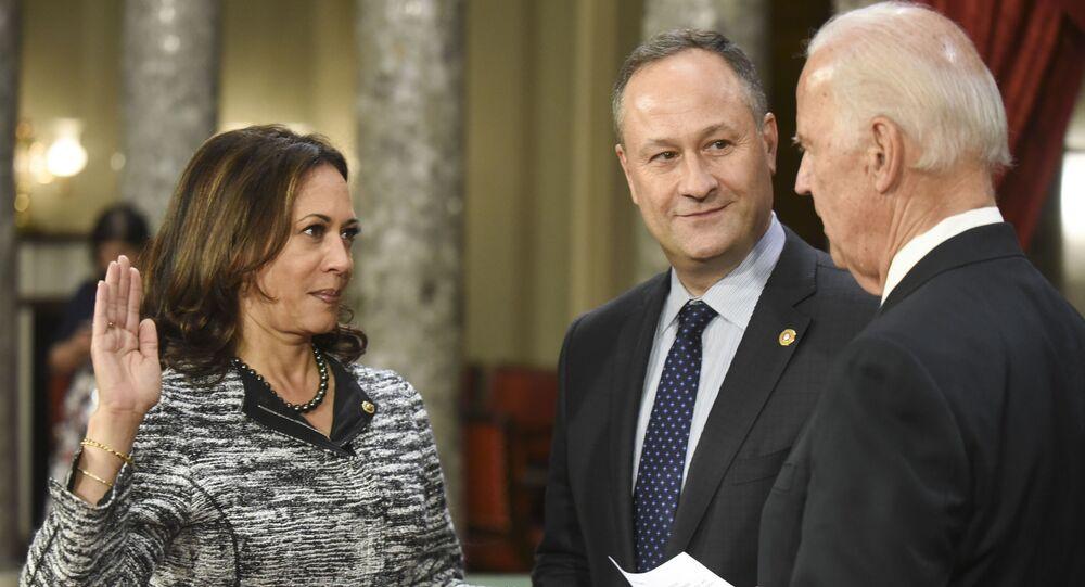 Presidente eleito Joe Biden e vice-presidente Kamala Harris durante juramento de cargo (foto de arquivo)