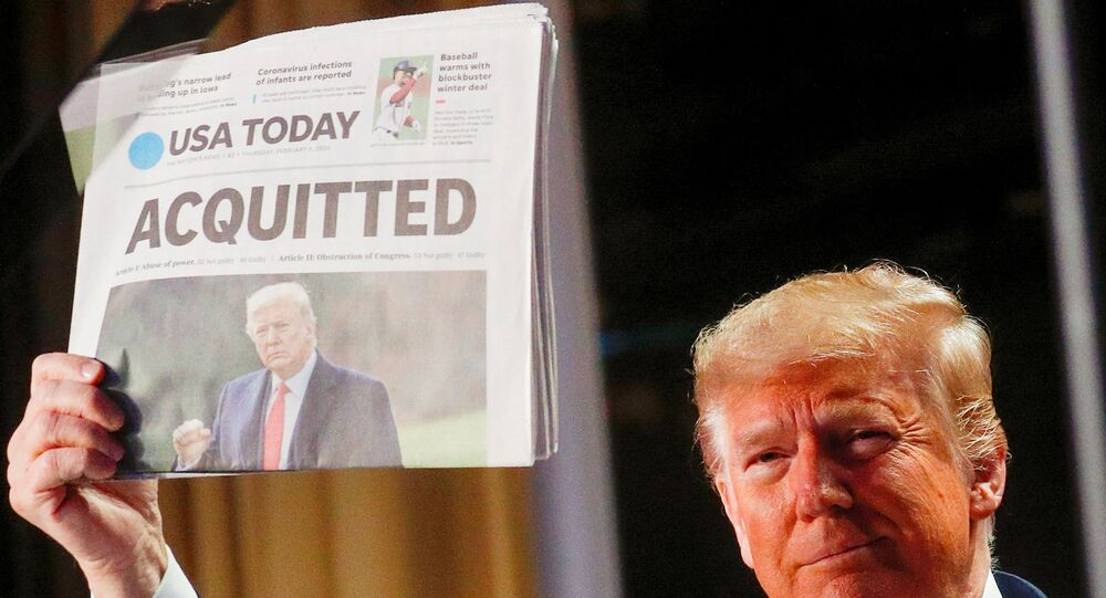 Donald Trump segura jornal sobre sua absolvição no primeiro processo de impeachment