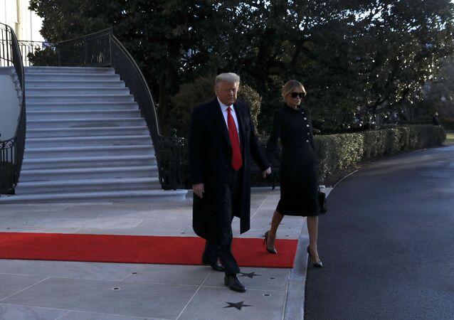 Presidente norte-americano Donald Trump e a primeira-dama Melania Trump saem da Casa Branca no seu último dia de governo