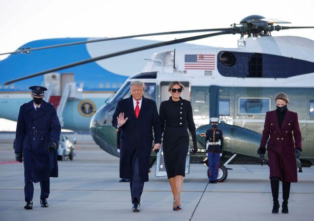 Presidente dos EUA Donald Trump e primeira-dama Melania Trump chegam à base aérea Andrews, estado de Maryland, EUA, 20 de janeiro de 2021