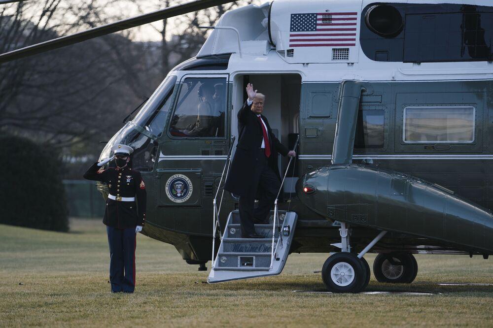 Donald Trump embarca no helicóptero Marine One, deixando a Casa Branca, Washington, EUA, 20 de janeiro de 2021