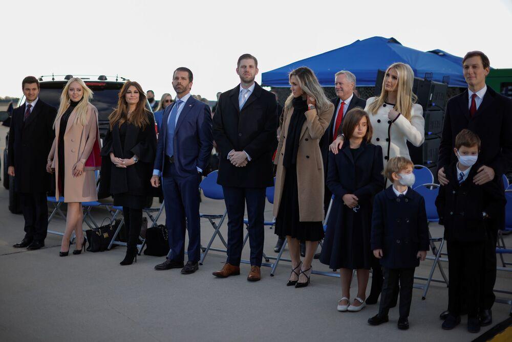 Donald Trump Jr., Ivanka Trump, seu marido Jared Kushner e outros membros da família assistem à cerimônia da partida do presidente dos EUA Donald Trump na base aérea Andrews, estado de Maryland, Estados Unidos, 20 de janeiro de 2021