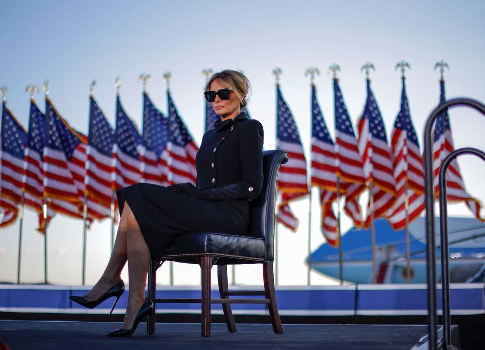 Primeira-dama Melania Trump está sentada enquanto ouve o discurso de seu marido presidente Donald Trump na base aérea Andrews, estado de Maryland, EUA, 20 de janeiro de 2021
