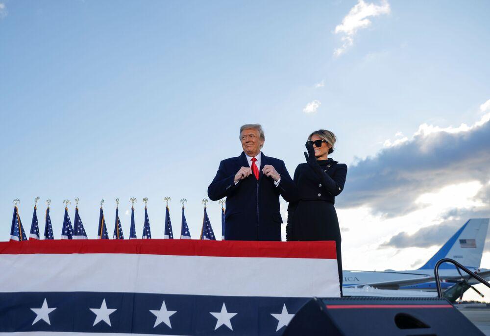 Presidente dos Estados Unidos Donald Trump e primeira-dama Melania Trump chegam à base aérea Andrews, Maryland, EUA, 20 de janeiro de 2021
