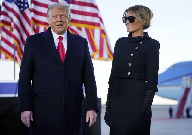 Presidente dos Estados Unidos, Donald Trump, discursa ao lado da primeira-dama Melania antes de embarcar pela última vez em avião presidencial rumo à Flórida