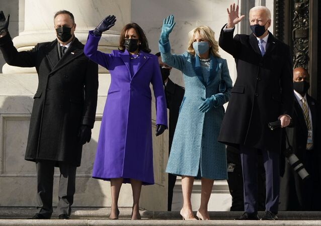 O presidente Joe Biden, sua esposa Jill Biden e a vice-presidente eleita Kamala Harris e seu marido Doug Emhoff chegam aos degraus do Capitólio dos EUA para o início das cerimônias oficiais de inauguração, em Washington