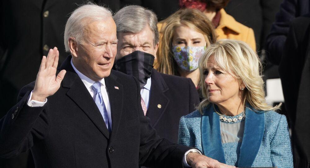 Joe Biden é empossado como 46º presidente dos Estados Unidos pelo Chefe de Justiça John Roberts, enquanto Jill Biden segura a Bíblia durante a 59ª posse presidencial