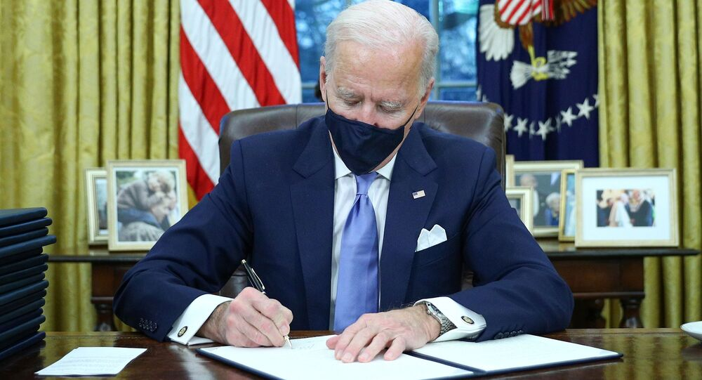 O presidente dos Estados Unidos, Joe Biden, assina primeiros decretos após tomar posse.