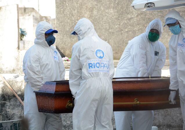 Enterro de vítima da COVID-19 no Rio de Janeiro.