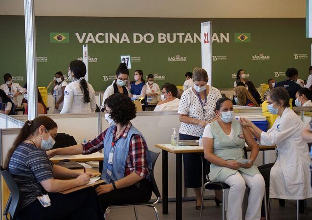 Profissionais de saúde do Hospital das Clínicas da Faculdade de Medicina da Universidade de São Paulo (USP) recebem primeira dose da vacina CoronaVac, produzida pelo Instituto Butantan em parceria com o laboratório chinês Sinovac, para o combate à COVID-19 (arquivo)