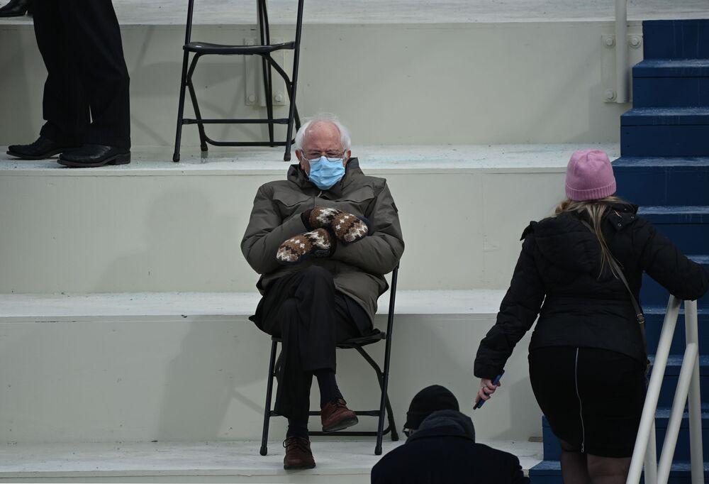 Senador e ex-candidato à presidência dos EUA, Bernie Sanders sentado na arquibancada na Colina do Capitólio antes da cerimônia de posse de Joe Biden como 46º presidente norte-americano, 20 de janeiro de 2021