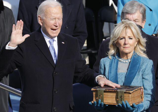 Presidente eleito dos EUA, Joe Biden com esposa Jill durante o juramento, 20 de janeiro de 2021