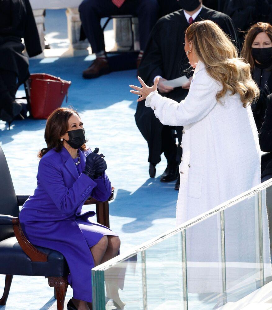 Cantora Jennifer Lopez com a vice-presidente Kamala Harris durante cerimônia de posse de Joe Biden como 46º presidente norte-americano, 20 de janeiro de 2021