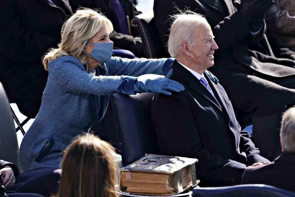 Primeira-dama Jill Biden acaricia o presidente norte-americano Joe Biden durante a 59ª cerimônia de posse em Washington, 20 de janeiro de 2021