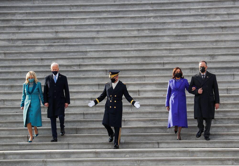 Presidente dos EUA Joe Biden, primeira-dama Jill Biden, vice-presidente Kamala Harris e seu marido Doug Emhoff descem as escadas após a 59ª cerimônia de posse em Washington, 20 de janeiro de 2021