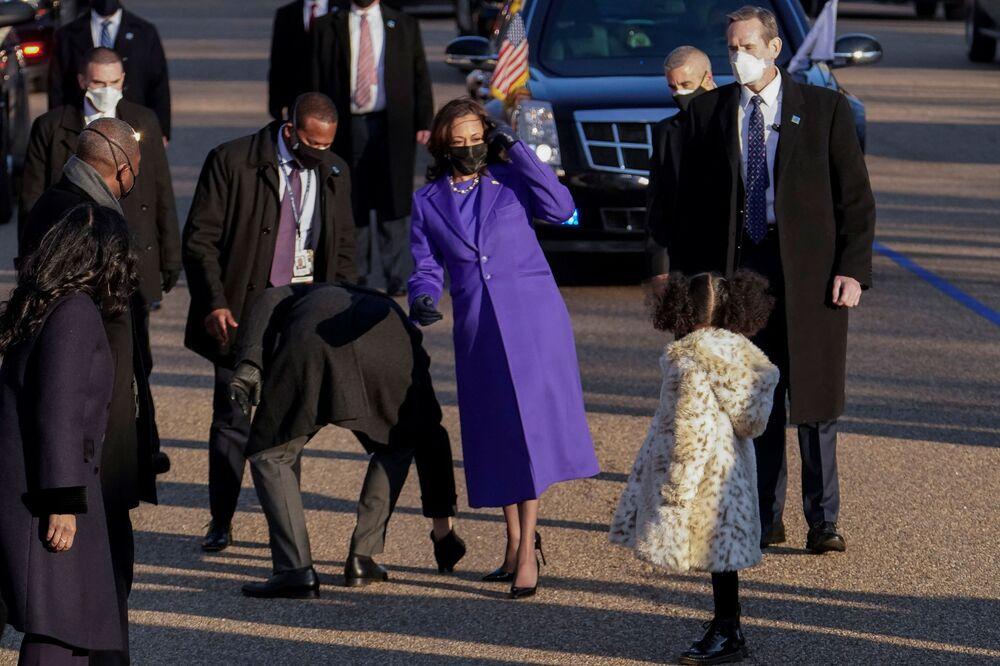 Vice-presidente norte-americana Kamala Harris anda com sua sobrinha-neta Amara Ajagu durante o desfile honorário do dia da posse do presidente eleito Joe Biden, Washington, 20 de janeiro de 2021