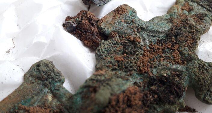 Broche encontrado por arqueólogos em um antigo cemitério em Northamptonshire, no Reino Unido
