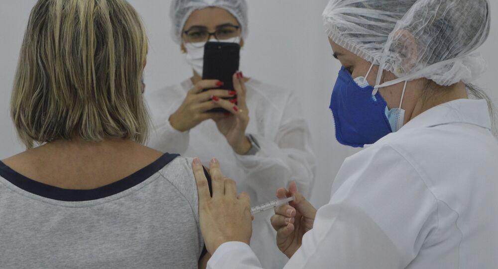 Profissionais da saúde que atuam na linha de frente no combate ao novo coronavírus recebem dose da CoronaVac em local montado no shopping Via Direta, em Natal, Rio Grande do Norte