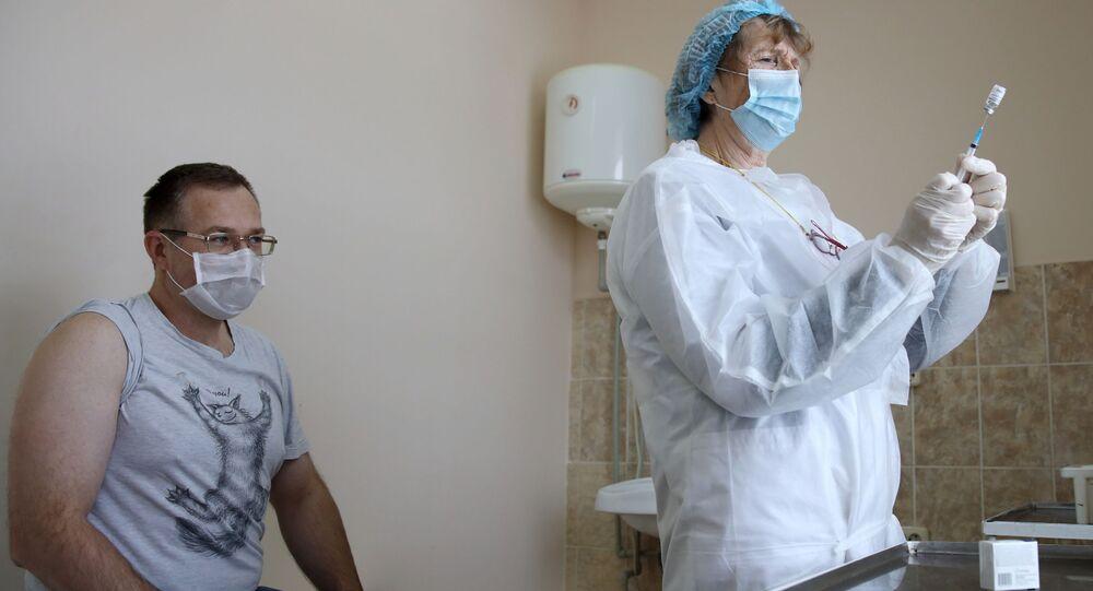 Agente de saúde prepara aplicação da vacina Sputnik V em cidadão na Rússia