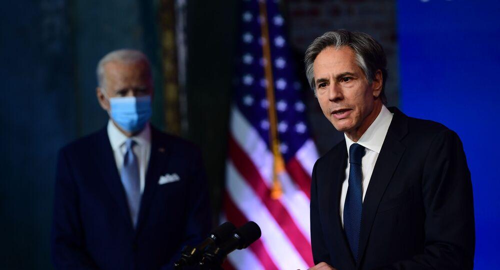 Antony Blinken, nomeado por Joe Biden (fundo) para o cargo de Secretário de Estado dos EUA, realiza discurso em Wilmington, Delaware, 24 de novembro de 2021
