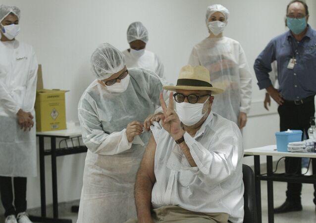 Profissionais envolvidos no combate à pandemia da COVID-19  UFRJ (Universidade Federal do Rio de Janeiro) recebem as primeiras doses da vacina CoronaVas na Cidade Universitária, na Universidade Federal do Rio de Janeiro