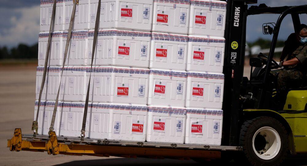 Militares desembarcam lote da vacina Coronavac no Distrito Federal