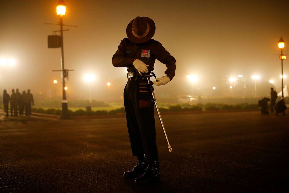Soldado do Exército indiano checa sua espada durante ensaio de desfile, Nova Deli, Índia, 18 de janeiro de 2021