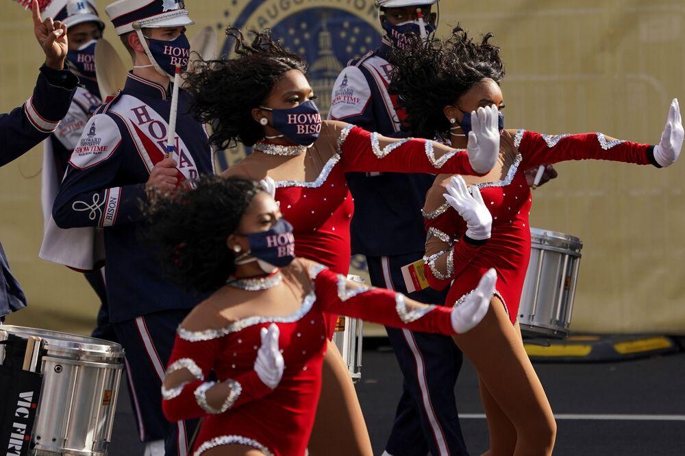 Banda Howard University Showtime se apresenta antes do desfile em honra da posse do presidente norte-americano Joe Biden em Washington, EUA, 20 de janeiro de 2021