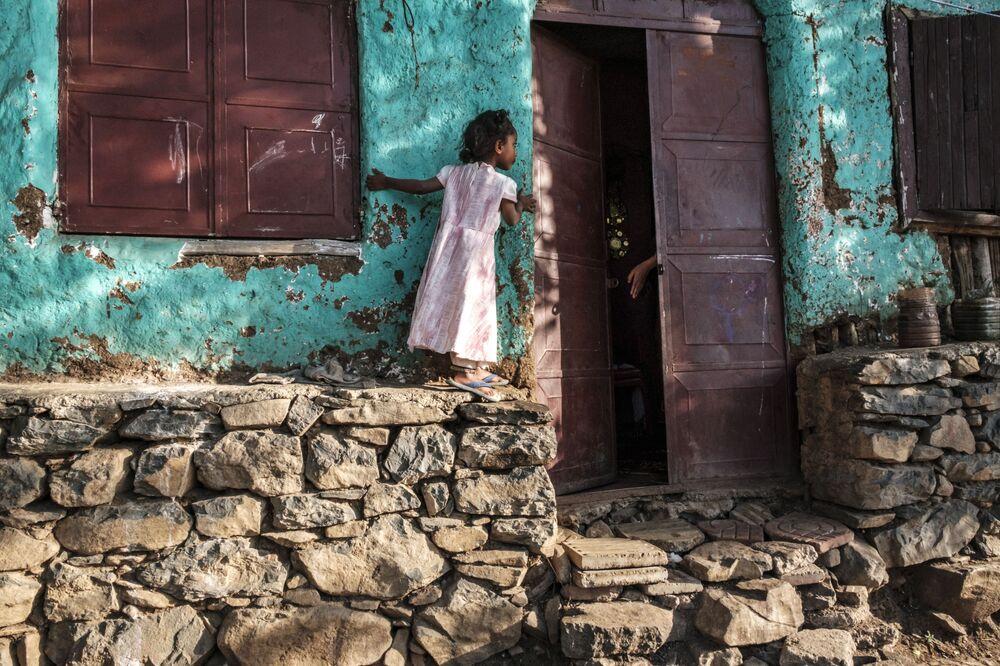 Menina olha para o interior de casa na cidade de Gondar, Etiópia, 17 de janeiro de 2021